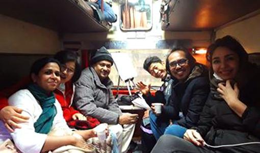 003・狭い列車で移動中・510.jpg